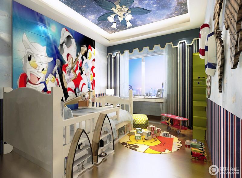 """儿童房以""""梦幻卡通""""为主题,蓝色的吊顶和喇叭吊灯造就天空般的湛蓝,与卡通画纸打造出了童趣和动漫风;白色木床有收纳支架更为实用,而蓝色系壁纸及窗帘裹挟这黄色圆毯和彩色玩具,让生活充满了多彩和趣。"""