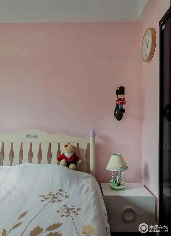 儿童房少女粉的墙面搭配老房子带来的家具,胡桃夹子卫兵造型的壁灯,守护着小公主夜夜好梦,甜美之中多了温馨。