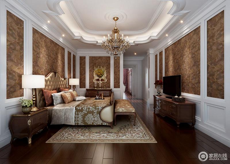 卧室的吊顶以古典花式来张扬复古,褐色壁纸张贴在白色石膏板材内,让整个立面具有色彩和层次对比美学;胡桃色的地板与家具一应俱全,与复古的布艺软装、金属灯具渲染家的古典雍容。
