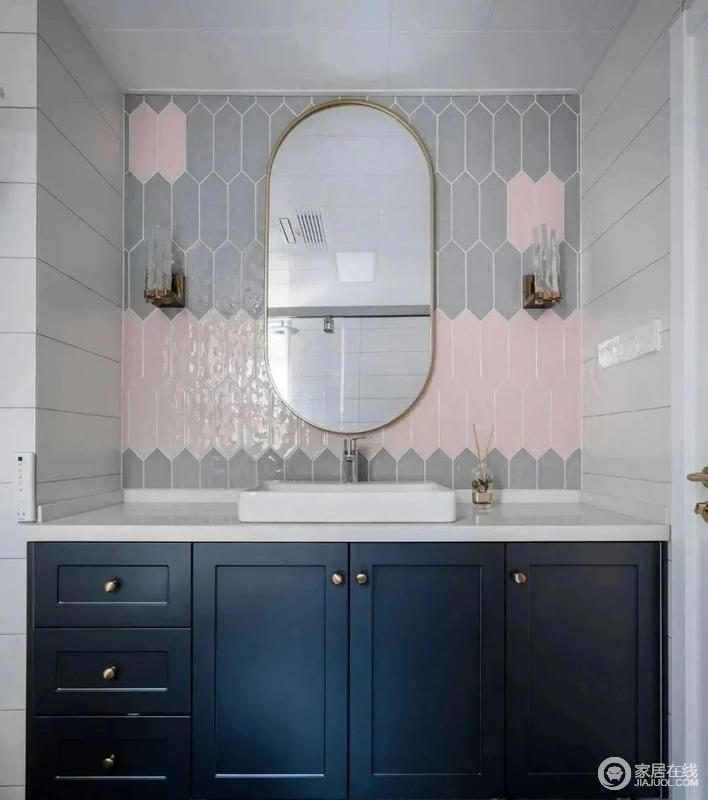 主卫台盆柜门依然沿用深蓝色配以金属色的把手,多了份精致,与白色台面形成蓝白和谐,对比之中突出现代质感;脏粉色跟灰色异型砖混搭出一丝异域风情,圆拱形镜子添置一份造型美学。
