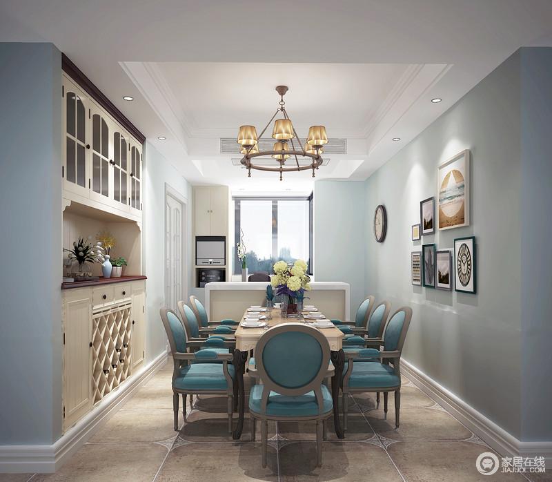 餐厅在浅蓝的背景色下,加入餐椅的深蓝,使空间色彩深浅呼应,彰显出浪漫优雅。酒柜造型古典朴质,置物形式多样。里侧阳台打造成西厨区,理石吧台方便女主人日常做西餐的使用。