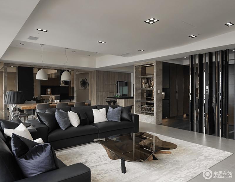 开放式的空间格局足显大气和自在,动线做到了划分空间的作用,不失空间性;黑色系布艺沙发配搭白色地毯,层次之间,彰显现代经典,不规则玻璃茶几点缀出质感。