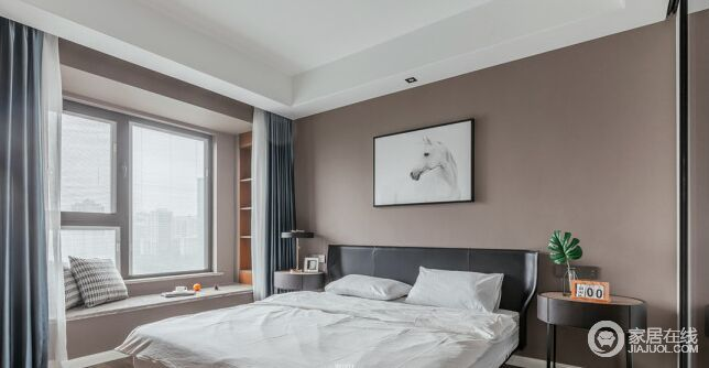 卧室用驼褐色来粉刷背景墙,搭配黑色床头和白色调骏马图,让空间具有了抽象艺术和时尚感;圆形床头柜对称陈列的方式,连同金属圆盘台灯,让生活空间不仅舒适,而且充满简约设计带来的大气;定制得飘窗增加了几何立式柜,搭配灰色窗帘,增添一份实用和放松的意味。