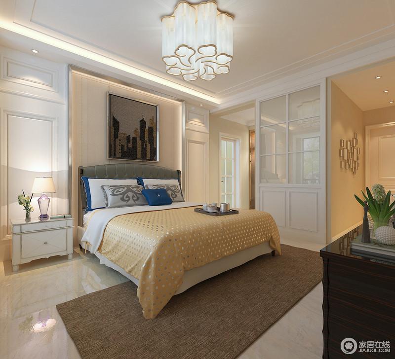 卧室结构利落,白色板材造型令整个背景墙质感上乘而立体大气,白色床头柜对称的方式,增添了生活的圆满之意;水晶花形吊灯雕刻出了璀璨和轻暖,乳黄色床品与褐色地毯搭配,让生活既沉稳又舒适。