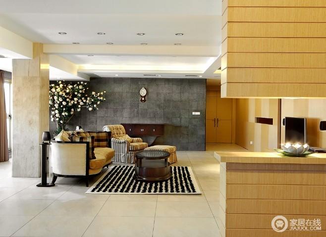 门厅与客厅通过木柜作简单的区分,却延续空间性;灰色水泥砖墙与地毯、圆几平衡了空间的色彩,搭配花器与家具,渲染了一个温实、和气的氛围。