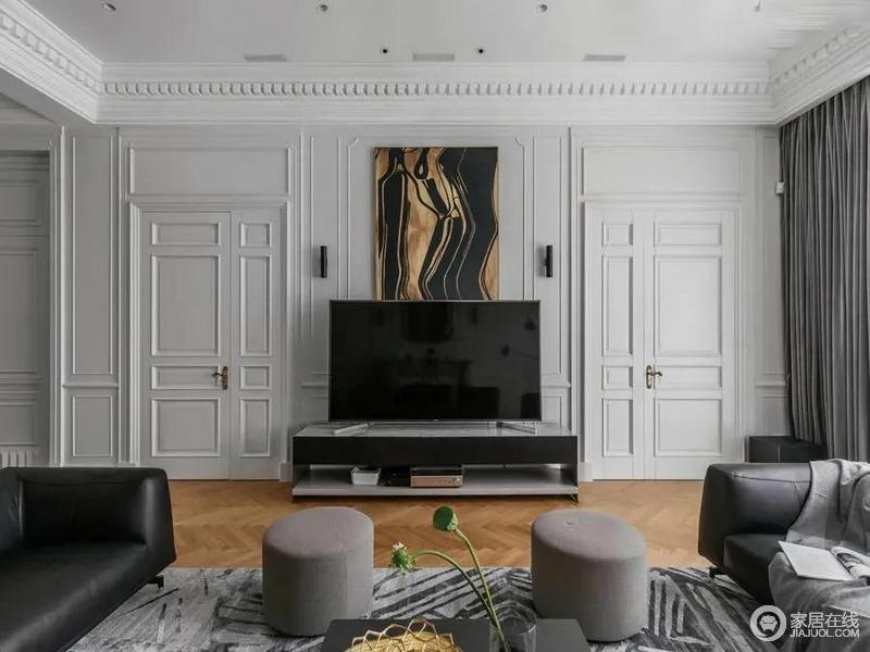 客厅电视墙在边框造型基础,两侧边框造型加入隐形门,中间布置电视柜与装饰画,整体格调优雅端庄而华丽。