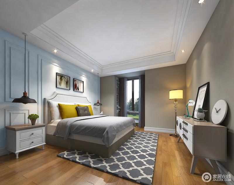 卧室墙面使用的蓝灰双色混搭,使空间兼具成熟稳重与轻盈灵动。从表及里的色彩,在床品与地毯之间形成连贯性;局部姜黄色靠包,跳跃色的带来几分俏皮活泼。