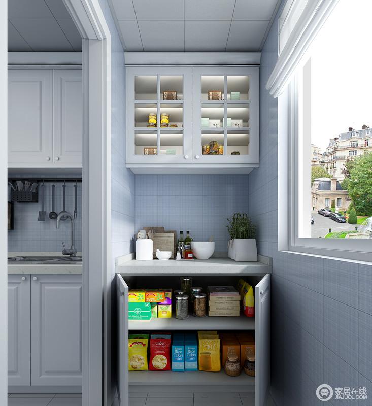 右侧的一组橱柜,可以作为烹饪区的辅助区域,存储大量烹饪所需要的物品,合理的进行归纳。其台面可以做为切菜区域,简化了整个烹饪流程。