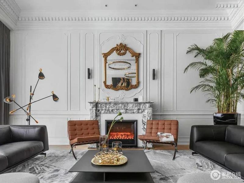 电视墙对面那面墙,是边框造型的墙面,中间加入一个壁炉,在欧美范的空间,布置轻奢精致的家具软装,营造出高级端庄的气质空间感。