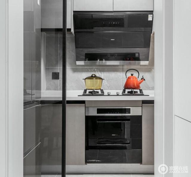 厨房虽然面积不大,但是基本功能还算健全,灰色的墙砖搭配驼色烤漆橱柜,素雅而显得简洁;白色大理石台面与黑色烟机、电器,让整个空间多了简约而实用,也易于打理。