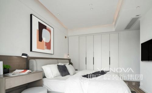 卧室的色系延续了整体设计的理念,温馨地浅色系列,搭配较有饱和度的色彩挂画让空间更为舒适和时尚;床头的氛围灯和天花灯都不是直接照射,而是通过漫反射下来的光线,让卧室的氛围会更显柔和一些,让主人躺在白色的床品中,享受舒适。
