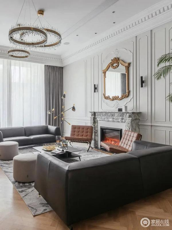 黑色皮沙发、复古旧橙色沙发椅、还有灰色布艺鼓凳,以上家具都是以2张对称的布置,在宽松的客厅里,布置出别致对称的大气。