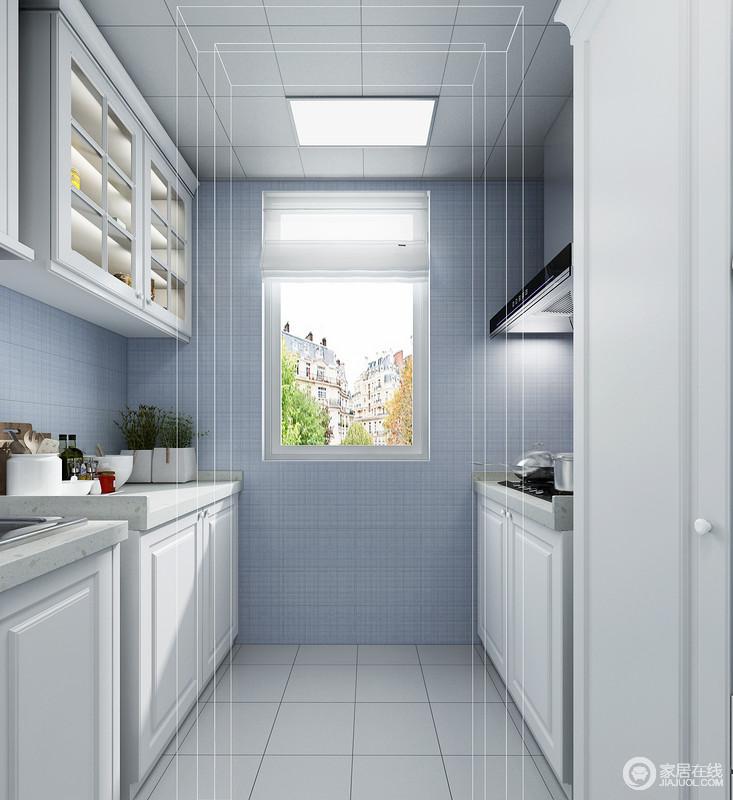 空间两岸的垭口比较深所以采用平行双边的橱柜,纯白色的橱柜和蓝色墙砖形成了鲜明的对比,上柜体采用玻璃门板设计,在美观的同时也在视觉上增大空间感。