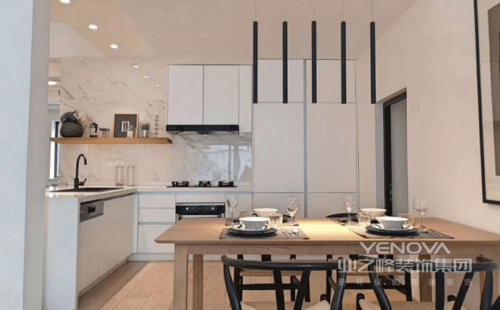 开放式厨房增大了空间的通透感,搭配雅士白大理石瓷砖,提升了整个空间的质感;整齐的厨房柜体设计可以收纳大量的物品,蒸烤一体集成柜方便实用,集成在橱柜里既省去了空间又不显杂乱