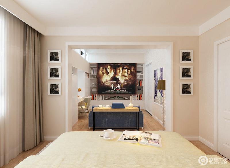 卧室的另一个空间,被设计成了一个兼具书房和影音室的功能房,供主人休闲娱乐之用;开放式的结构,增强了互动性,墙面上对称的画作,与沙发和木桌等以现代风,张扬着温和大气。