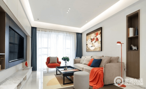 从入户到客厅,白色和木色的撞色和穿插,形成前后的层次感,配合射灯让空间简洁时尚也不缺乏生活化;背景墙做了墙体式的设计,规整而具有实用性,中性色的家具和地毯在橙色扶手椅和蓝色窗帘的点缀中,显得更有活力。