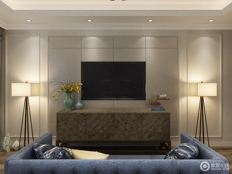 辅助收纳的电视柜,可以收纳些小物品,摆设一些主人爱好的收藏;两侧的落地灯光线柔和,可用作辅助光源的照明使用。