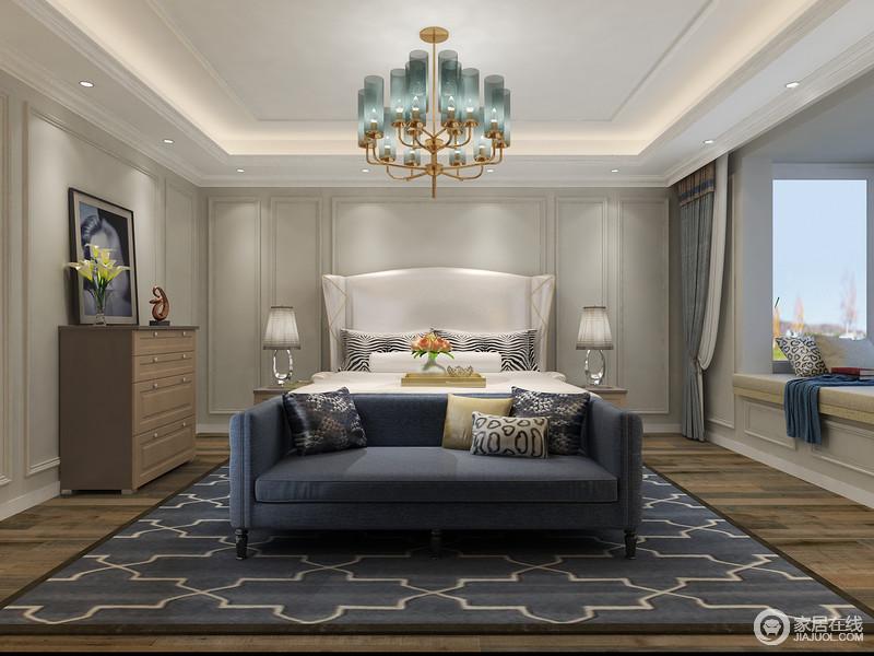 衣物都放置在衣帽间中,卧室里放置一个四屉柜,可以收纳一部分日常用的睡衣、家居服等等,方便拿取。