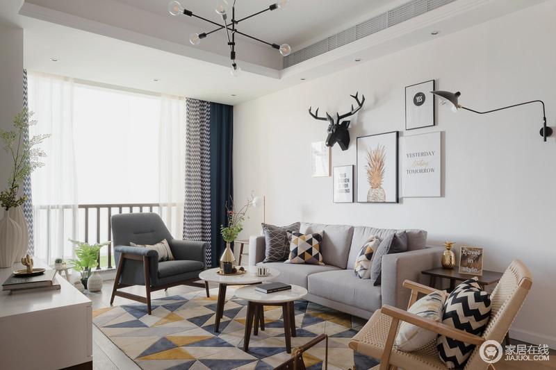 客厅风格选择以灰阶色为主,遵循简约风格的清爽。沙发墙上用麋鹿装饰,不有一番风情。