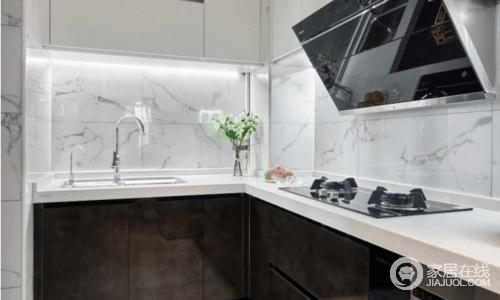 厨房统一设计成黑白对比色,吊柜下方为满足照明的功能性也做了灯带,让操作更为方便;整个地面墙面的铺贴延续客厅的风格,简单大方,造就现代的烹饪生活。