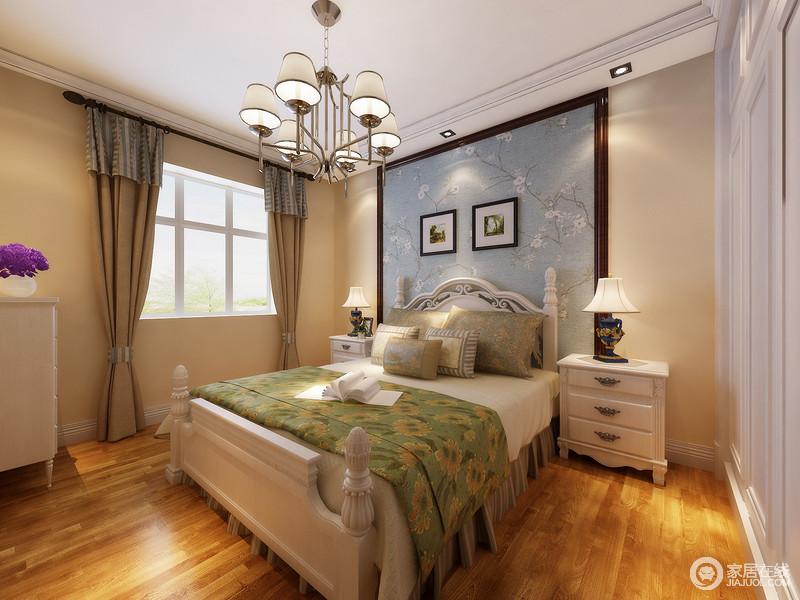 卧室以驼色墙面与原木地板打造生活的温馨,而蓝色花卉壁纸为空间带来一丝清爽,平衡了空间的色调,与陈列得美式家具造就大气和精致。