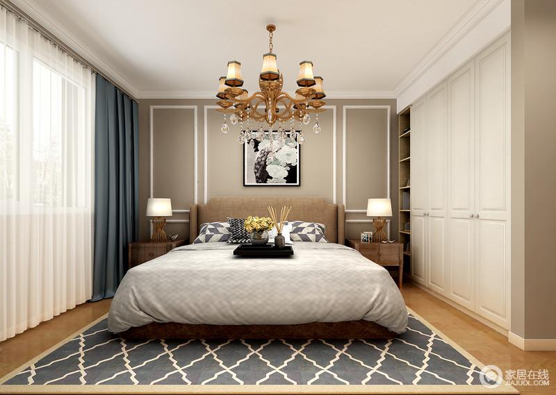 卧室线条上较为利落,驼色漆因为白色石膏线和简欧衣柜让空间更为精致;金属吊灯搭配两盏对称而置的台灯,极为空间带来采光,同时具有陈列艺术;蓝色菱形地毯搭配窗帘,给予空间稳重,也俞显得体。