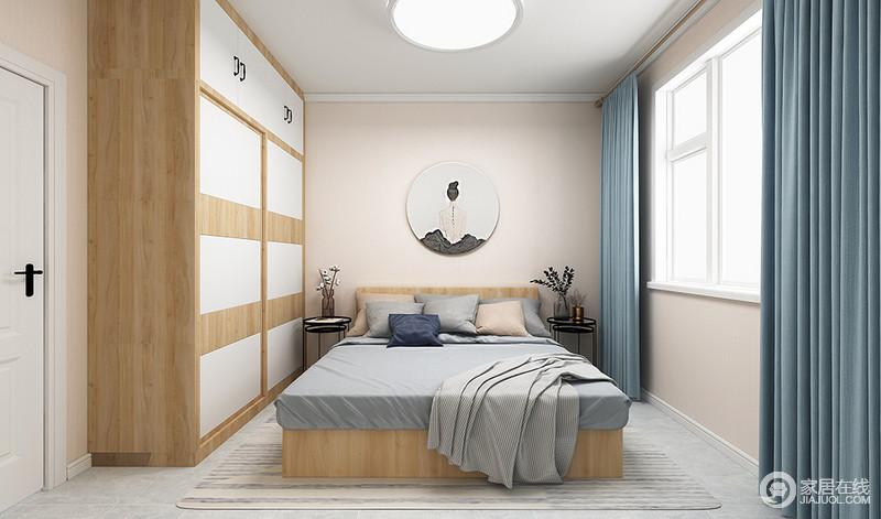 卧室线条简单,米色漆粉刷墙面与白色踢脚线让空间具有了结构感,并造就了一份淡淡地和静;原木与白色板材打造得衣柜实用之中藏有几何艺术,扫去平淡,正如灰色床品因为蓝色窗帘的陪衬,多了优雅一样,而北欧黑边几的乖巧与绿植点缀出秀气与轻快。