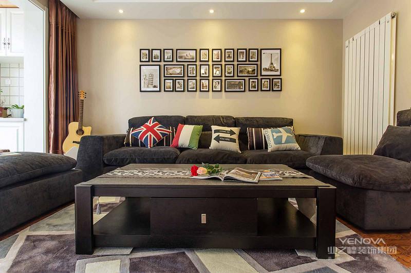 客厅里放置着黑色布沙发,已经精致的吊灯,简约时尚