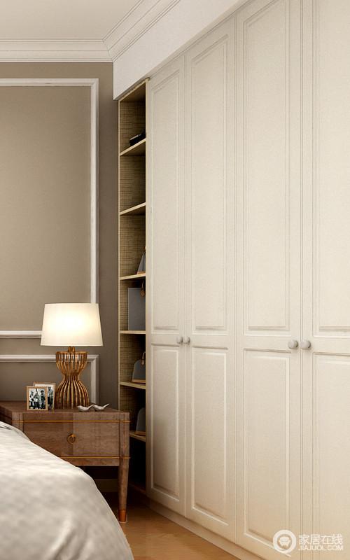 衣柜带开放格层板的设计不但可以随手拿到想要的物品,还避免了床头柜与衣柜的间距问题。