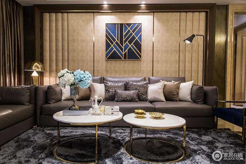 客厅软装,主打深咖色和深灰色,非常凸显沉稳大气感。