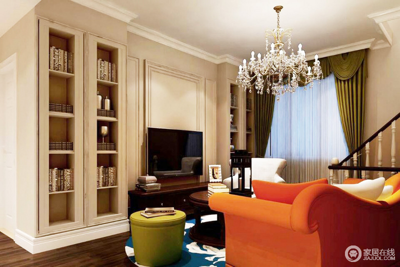 客厅的石膏造型墙与定制得储物柜以米色调形成统一,却以不同的功能奠定了家的和暖;水晶灯的璀璨之光让家颇显贵气,再加上橙红色沙发搭配彩色系家具,张扬着古典时尚。