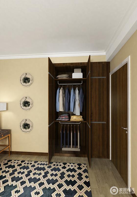 内嵌的衣柜让卧室显得更加方正,也极大地节省了空间,与米色墙面形成反差,让空间具有层次感,几何地毯的反衬,让空间多了复古之美。