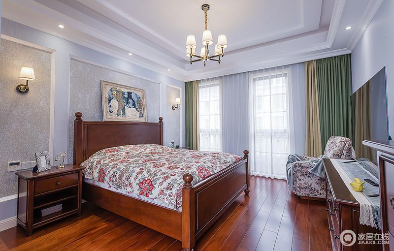 卧室从功能出发,利用美式实木家具来提供一种舒适、又质感的生活,木质地板搭配同色系的家具,让整个色彩非常统一。绿色与驼色窗帘具有层次感,搭配碎花床品,反衬出空间线条的简洁,也让浅紫色的空间基调多了柔和与温情。