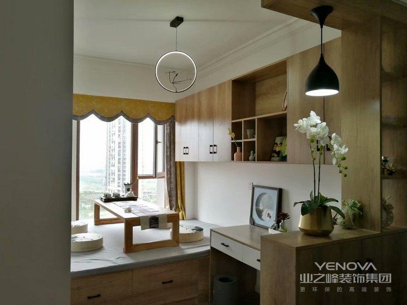 榻榻米是日式装修中最常见的床,它具有强大的收纳功能,在家中适当的铺设能够帮助隐藏起许多的杂物。
