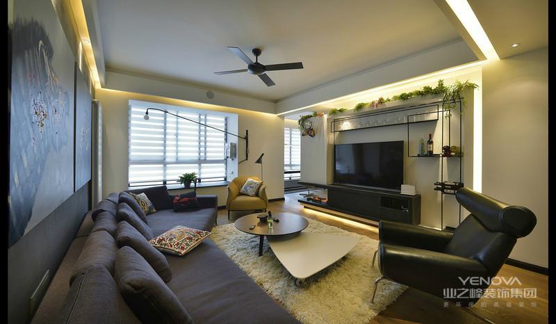 客厅黑色布艺沙发,以及不规则茶几,和白色的小地毯,整个客厅很暖