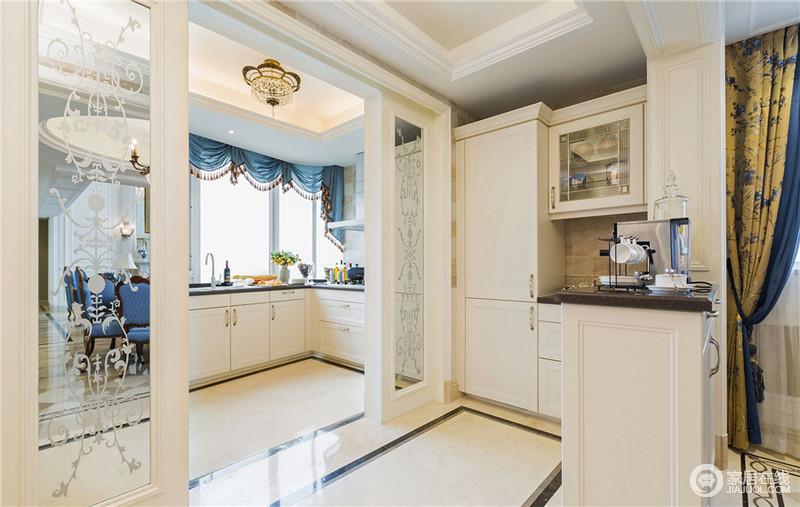 走廊采用推拉门,把厨房为餐厅分隔成两个空间。周围设置收纳柜,方便日常物品进行收纳。