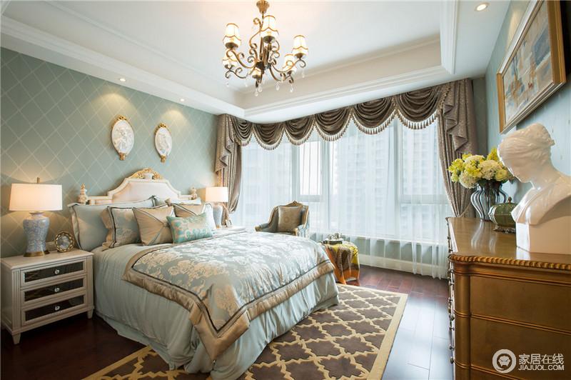 卧室的整体设计在简洁上多了份柔美,绿色床品和壁纸让人安宁自然,拉上深色的窗幔,让劳累了一天的你有一个好的睡眠。