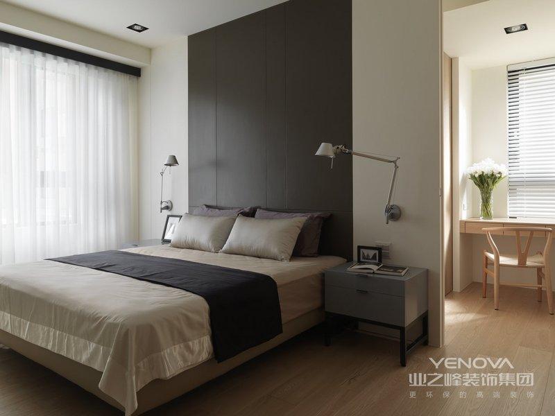 主卧静谧深色床头背景墙,原木床和洁白的被单,给人简单舒适的氛围感。