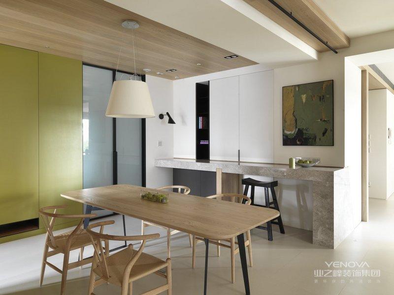 餐厅、厨房是开放的格局,白色吊灯、原木餐桌,进门就给人暖暖的温情。