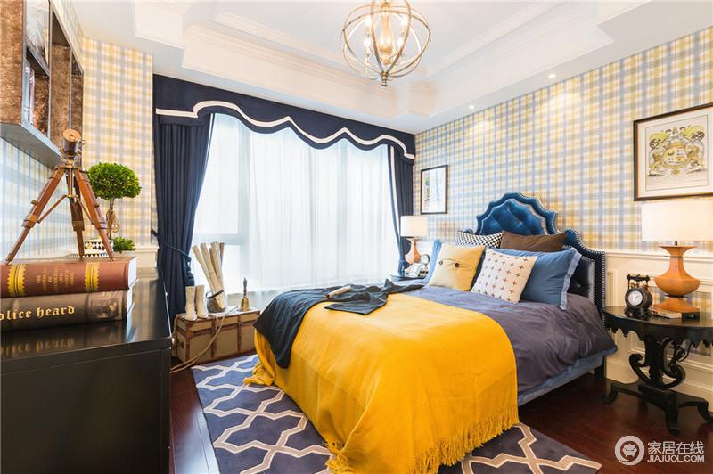 儿童房选择低明度的复古蓝为主色调,在木地板上铺上蓝色地毯,搭配清新的格子背景墙,在古典浪漫的基础上多了分童趣,为孩子打造出一个舒适的睡眠环境。