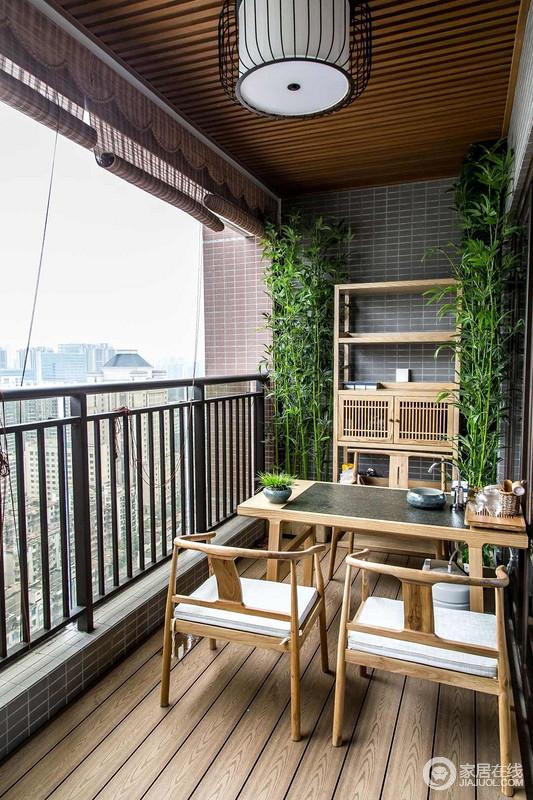 阳台不是在晾衣晒被的空间,简单的素雅把它勾画出一个有诗意的地方