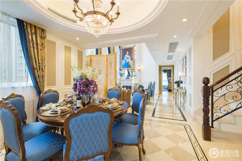 石膏线勾勒的圆形吊顶,搭配上水晶灯让整个空间优雅高贵,凸显整体古典风格,在餐厅背景板选用白兰色调延续客厅风格走势,地面选用古典风格纹理的大小砖叠拼的方式来展示空间的古典情调。