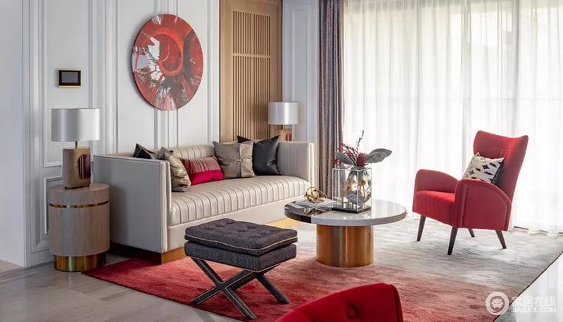 客厅的硬装以简欧风格作为基调,软装则是用现代手法进行处理,将现代的时尚与古典的雅韵完美融合,构成整个空间的奢贵。