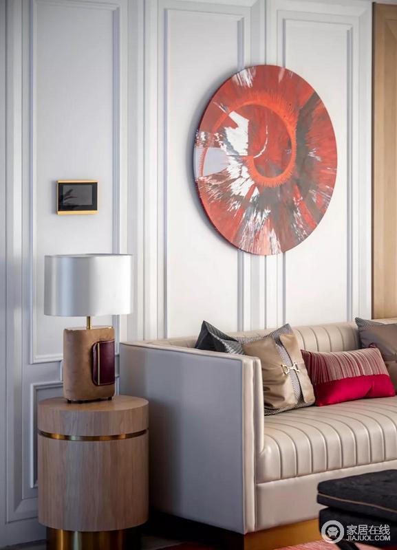 红色带给人的视觉刺激会较强,因此红色多为点缀,家具和墙面则是选用柔和的暖色中和浓郁的红色,既让空间保持了层次,而将其热情与张力、艺术感完美呈现在空间。