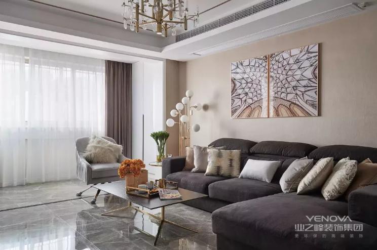 素净整洁的立面,光洁亮丽的地面,配合边线的衬托,奠定了一个简约又略带轻奢的客厅基调。