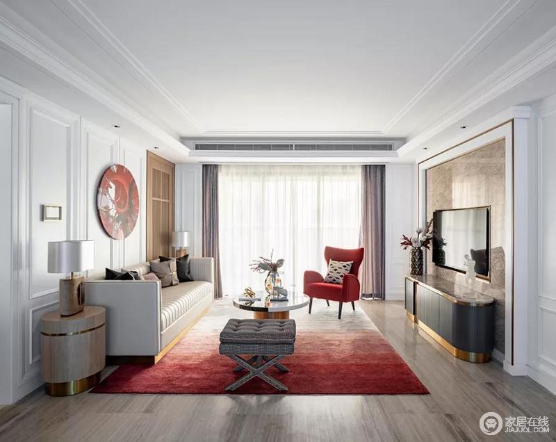 空间结构规整方正,白色的吊顶与立面精致的石膏线条勾勒出古典风韵;镶嵌金色线条的沙发边几、电视柜刻画出轻奢艺术的风尚,红色渐变地毯和扶手椅点缀出空间的摩登。