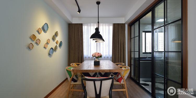 餐厅与厨房区域的使用黑色格子玻璃移门元素分离两个空间,满足中国式烧饭,也能更好的满足烧饭时候南北气流的交互性,让使用者舒适性。