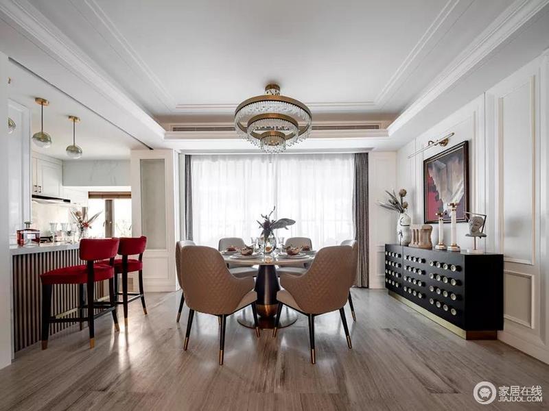 餐厅的墙面选用大理石铺装,云纹大理石餐桌与之相呼应,搭配高级灰餐椅将低调的高级感展现得淋漓尽致;红色高脚凳令吧台也格外摩登,黑色几何时尚餐边柜与现代感的餐椅、精致个性的摆件交织出别致,让就餐也成为一种享受。