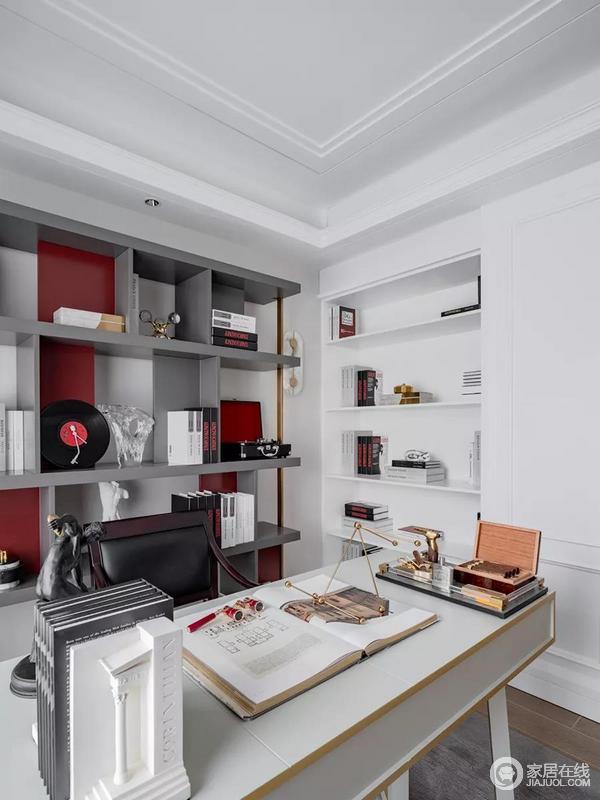 相比之下,书房的空间更加简约,墙体内置的书架与简洁利落的灰色开放式书架呈现出理性思考者的态度,既有储物的实用性,又简单大气,让主人满足于自己的生活。
