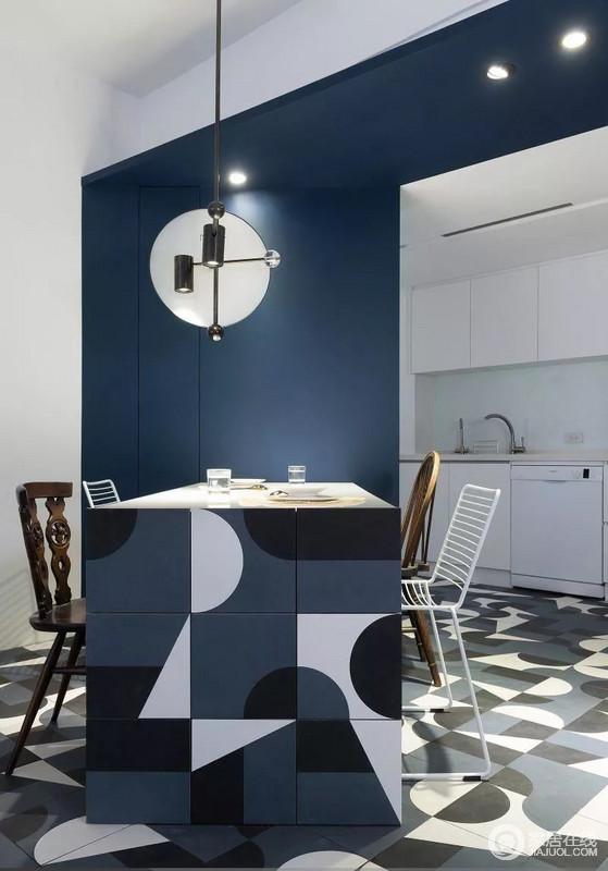 餐桌设计与地砖采用同色花纹,整体和谐自然;不规则的几何图案,布置出满满的个性活力,而个性的工业风吊灯,为生活增添不少温馨。